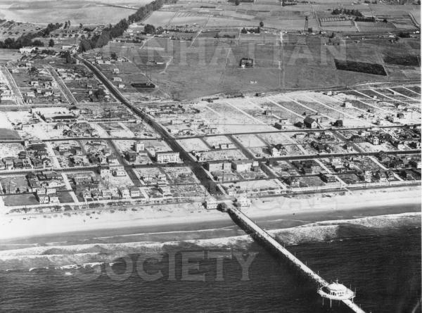 Aerial photo of Manhattan Beach.  To the northeast of Morningside Dr. and Center St. (M.B. Blvd) was the Metlox Pottery facility and the adjacent Santa Fe raiload tracks.  Note the eucalyptus trees that lined Center St. (M.B. Blvd), from Pacific Ave. to El Camino Real (Sepulveda).  They were removed in 1931.